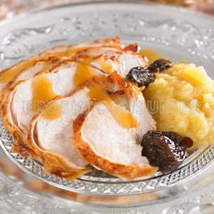 Pavita asada con frutos secos, manzanas y jugo de asado