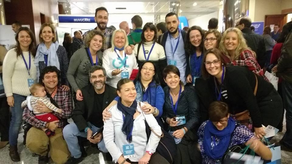 Parte del Grupo Noches sin Dormir posando con el Premio recibido en el Diabetes Experience Day 2016
