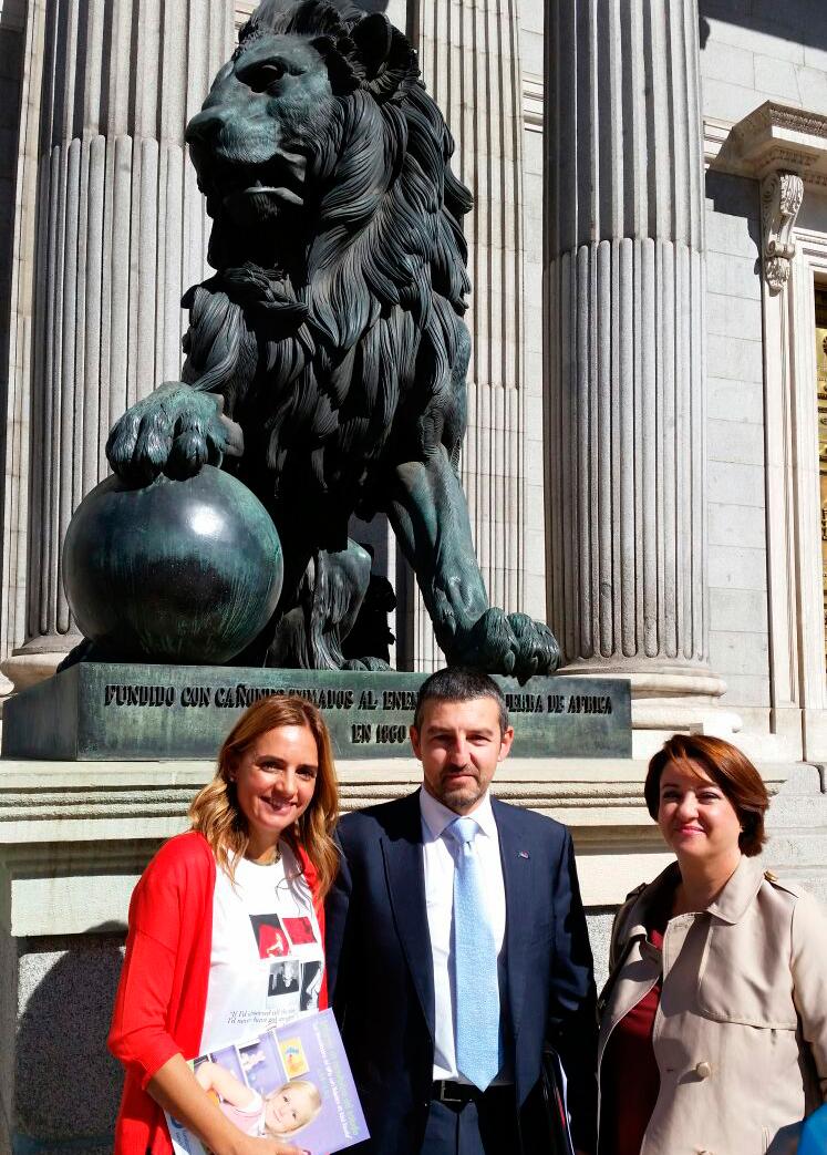 Susana Sumelzo, representante del grupo socialista, Andoni Lorenzo, presidente de FEDE y Beatriz Dueñas, directora de la Fundación para la Diabetes
