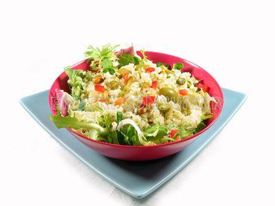 Ensalada verde de arroz con aceitunas y pistachos