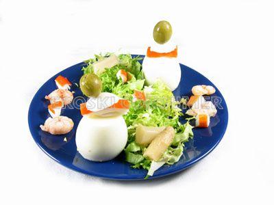 Huevos rellenos de atún y palitos de cangrejo