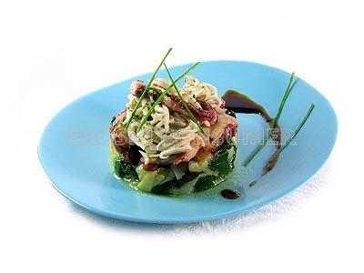 Ensalada de gulas con pulpo y espinacas
