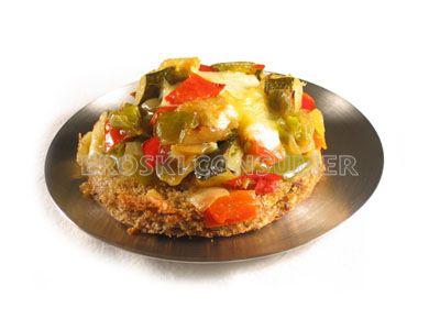 Tostada de pan con queso y verduras rehogadas