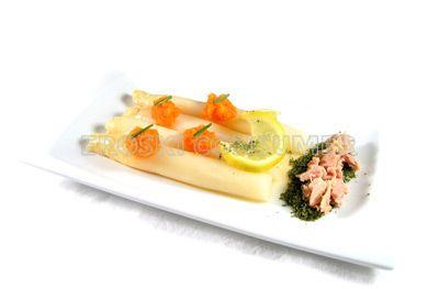 Espárragos con atún y salsa cremosa de zanahoria