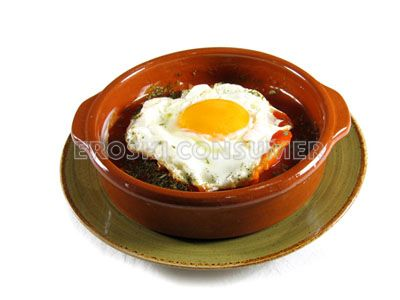 Huevos con tortitas de maíz y salsa de tomate