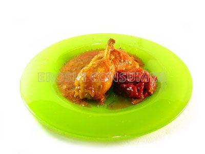 Civet de pollo guisado con pimientos en tiras