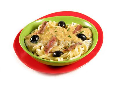 Tallarines con anchoas y aceitunas negras