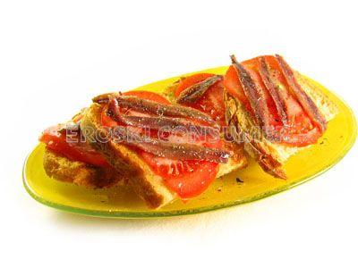 Pan de pueblo tostado con aceite y anchoas
