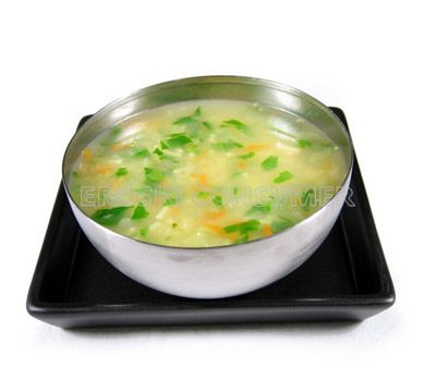 Sopa de pollo con verduras y fideos