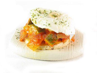 Huevos escalfados con salteado de hortalizas