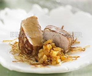 CENA DE NOCHEBUENA.<br /> 2º Plato: <br /> Solomillos con chutney de piña y crujiente de patata