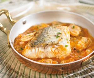 CENA DE NOCHEBUENA. <br />2º Plato: <br />Lomo de merluza en salsa marinera de almejas