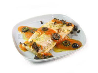 Lomo de perca a la plancha con salsa de tomate y aceitunas negras