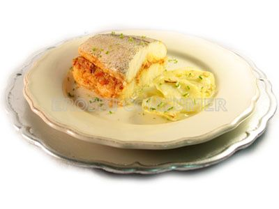 Merluza rellena con ajoarriero de centollo y patatas asadas