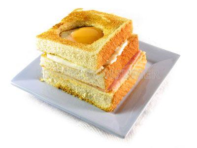 Sándwich de jamón y queso con huevo  a la plancha