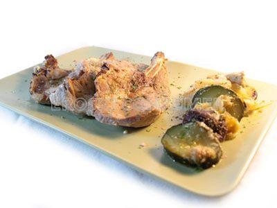 Lomo de cerdo a la plancha con rehogado de cebolla y setas