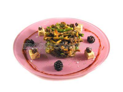 Ensalada salteada de setas y trigueros con 'foie' de oca y reducción de vino dulce