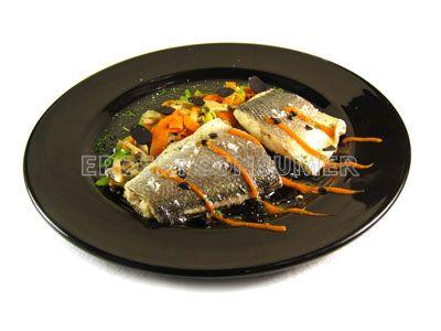 Lomos de lubina asada con verduritas, trufa y salsa de piquillo