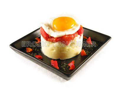 Huevo a la plancha con puré y pimientos