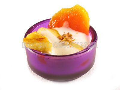 Frutas tropicales con pistachos tostados y yogur