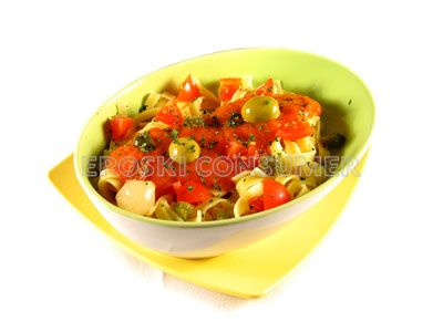 Tagliateles con salsa de tomate cherry y encurtidos