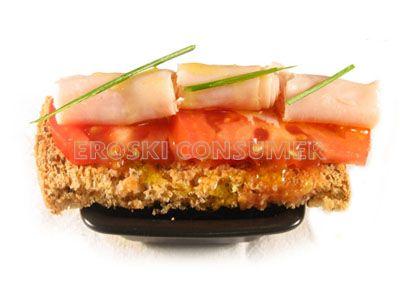 Tostas de pan de semillas con tomate y jamón york