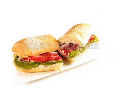 Bocadillo a la plancha de paleta ibérica con pimientos verdes fritos