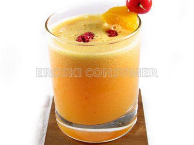 Zumo de naranja con frambuesa y cerezas