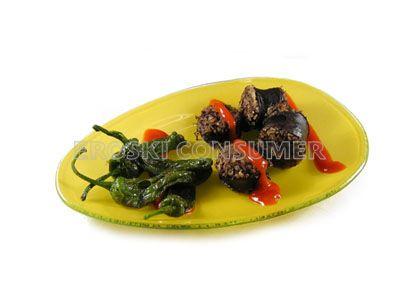 Morcilla de arroz con pimientos verdes fritos y salsa de tomate