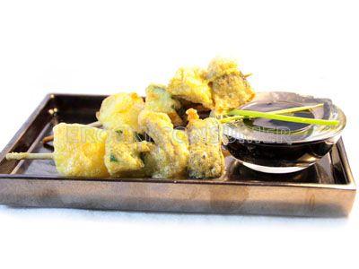 Brochetas de verduras rebozadas con salsa de soja