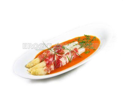 Espárragos con jamón en salsa de pimientos del piquillo