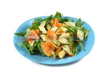 Ensalada templada de macarrones con rúcula