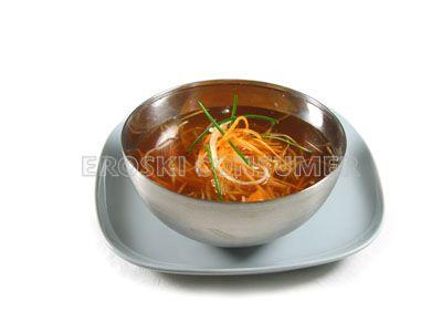 Sopa de verduras con juliana de puerro y zanahoria