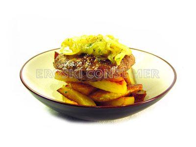 Hamburguesa de pollo con cebolla caramelizada y patatas fritas