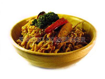 Fideos de arroz con salteado de verduras y salsa de soja