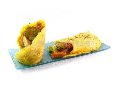 Tortilla francesa con guarnición de hortalizas en tempura