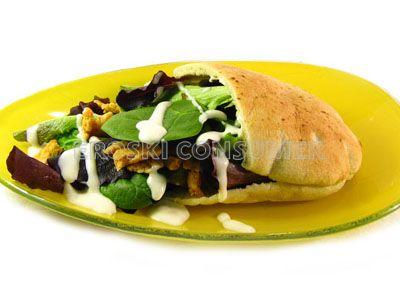 Kebab con pollo, ensalada y salsa de yogur