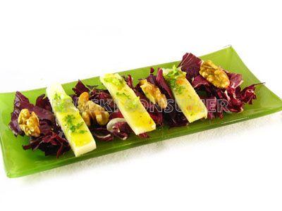 Ensalada de achicoria con mezcla de quesos