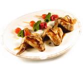 Alas de pollo con brochetas de pimiento y tomate